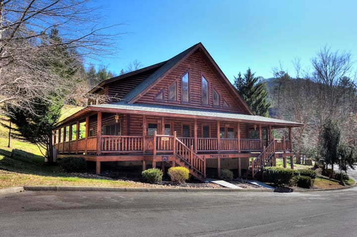 This huge cabin is a duplex..you can rent 1 side or both!