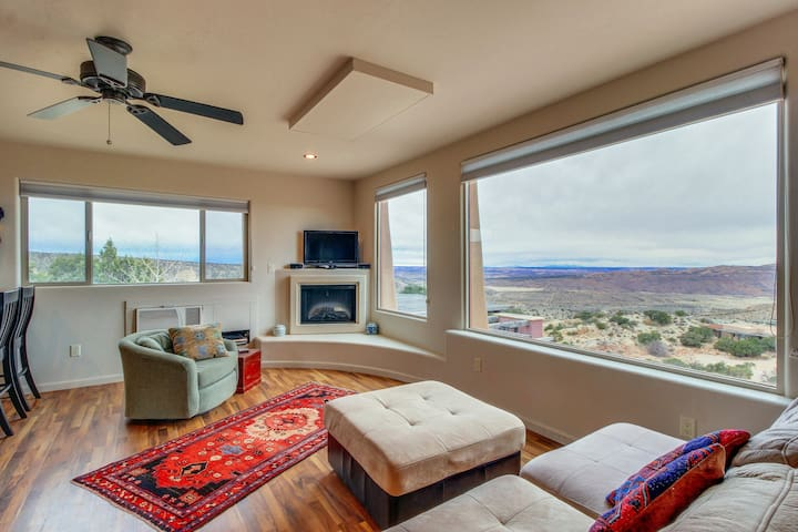 Modern desert retreat w/ gorgeous mountain views & private hiking trails!