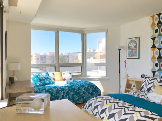 Sun filled and spacious bedroom with panorama view to the western city skyline