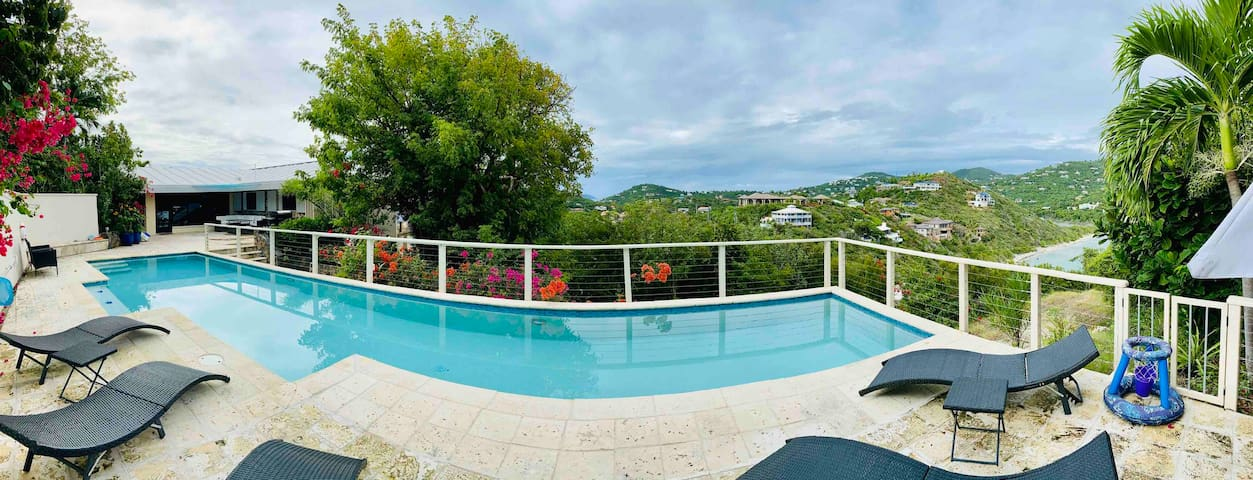 STUNNING VIEWS, 50' SALTWATER POOL, CHILD FRIENDLY