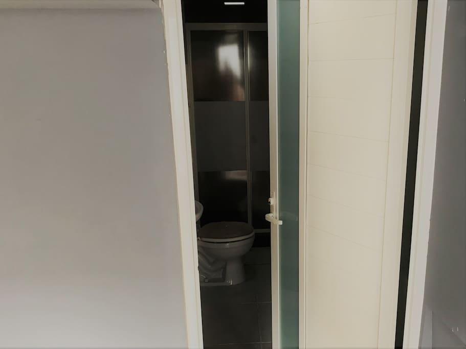 baño amplio con vestidor.