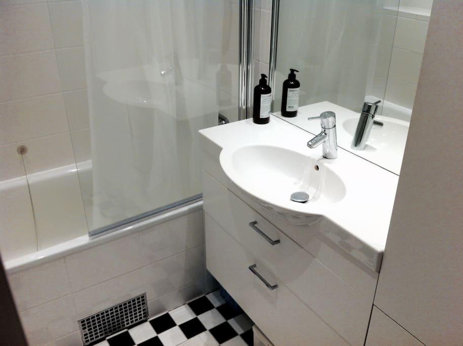Badrum m dusch och badkar
