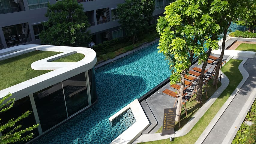 Pool view condo, Sukhumvit area, 5 min to BTS