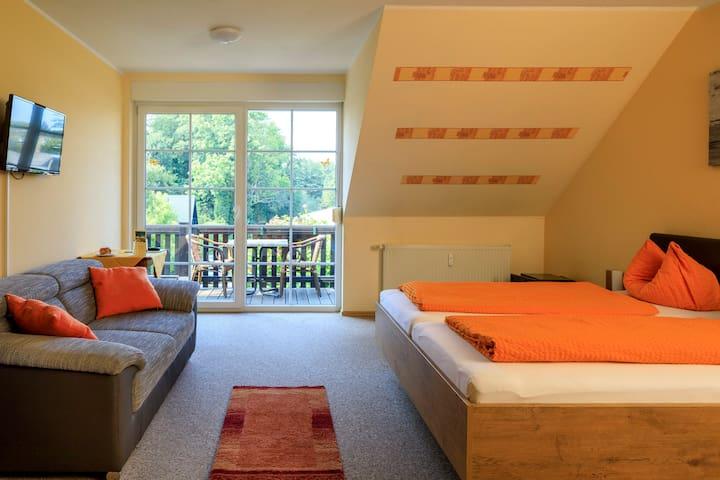 Familienzimmer mit vier Betten und Balkon
