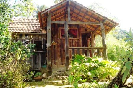2 Chalés aconchegantes piscina natural particular - Maromba - บ้าน