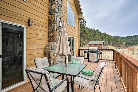NEW! Retreat w/ Hot Tub 5 Miles to Mount Rushmore!