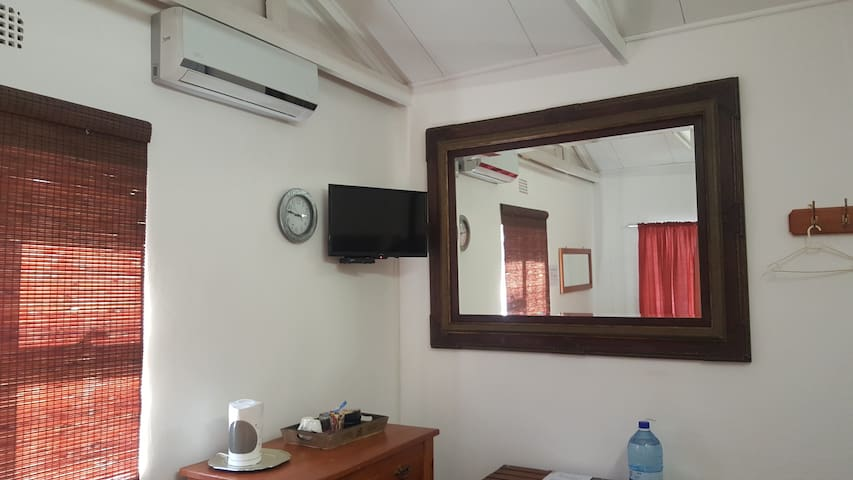 Airconditioning and Dstv in Klein Parys room 6
