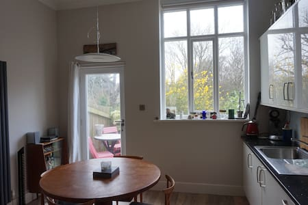 Church hall conversion in two double bedroom house - Steyning - บ้าน