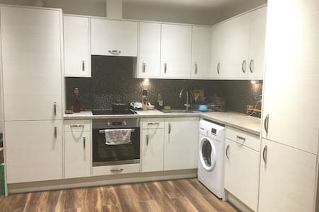 *Entire Spacious Modern 1 Bedroom Apartment*