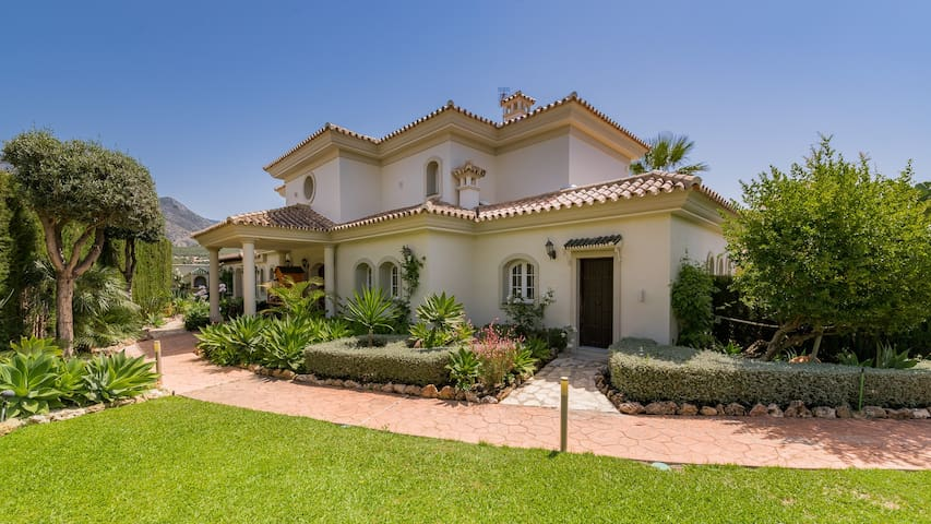 Luxury 4 Bedroom Villa & pool Marbella Golden Mile