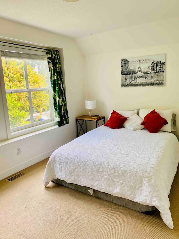 Bright, Private Room in Cook Street Village