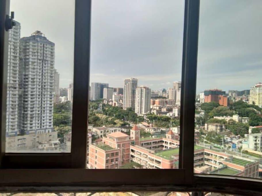 窗外100米是中山公园