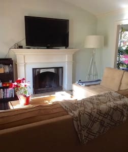 Private Room in Modern West Hollywood Home w/ Pool - Los Angeles - House