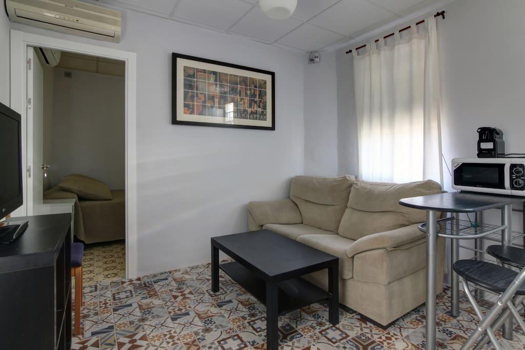 Moderno salón con cocina abierta completamente equipado.