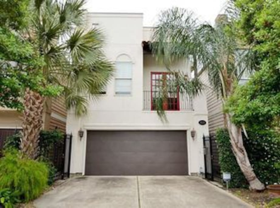 Gorgeous, clean 2 story home located inside the loop in the Washington Avenue neighborhood.