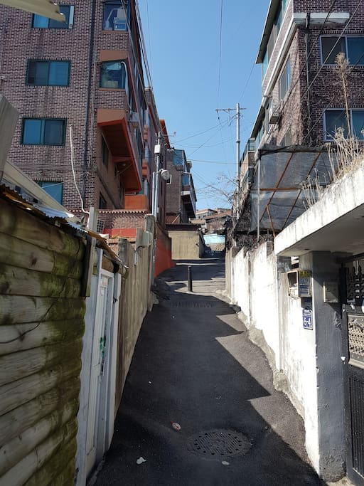 Path leading to the building. It's hard to find places like this in Seoul these days.