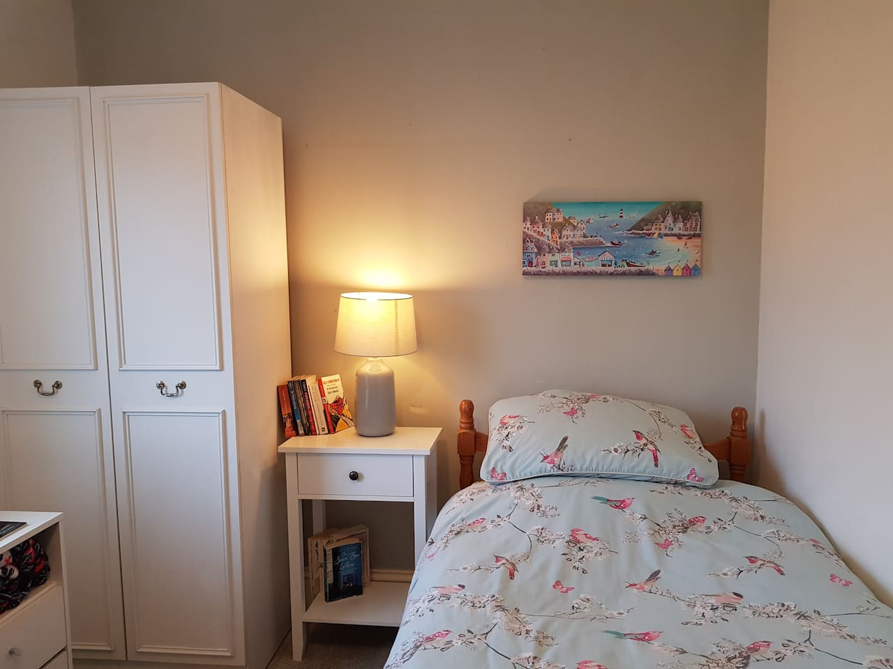 Bright room with own stylish wash basin, desk and double wardrobe plus microwave . Light and airy and very clean as is the rest of the house. Extra pillows and blankets.