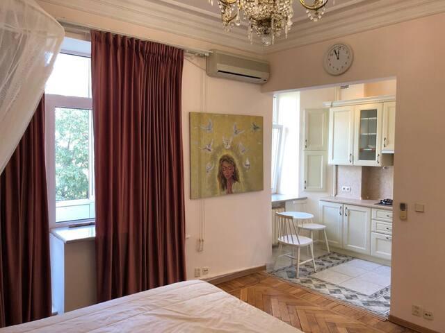 Уютная студия с балконом рядом с Тверской