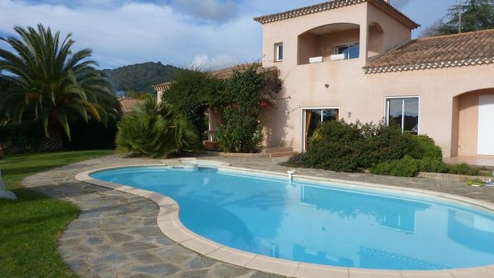 2 pièces dans villa avec piscine