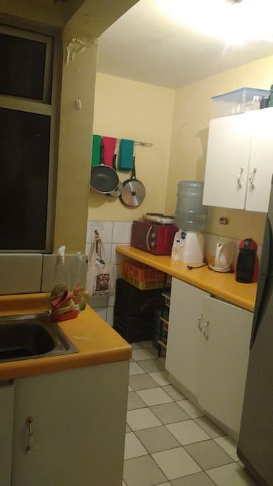 La cocina es libre puedes usarla para preparar comida, guardar tus alimentos en la heladera o tomar un café