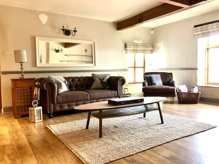 The Lodge, on stunning Equestrian Farm, sleeps 4