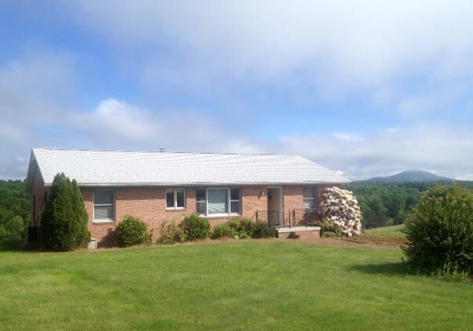 Rose Cottage, a Shenandoah Valley Retreat with 3BR