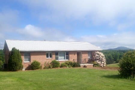 Rose Cottage, a Shenandoah Valley Retreat with 3BR - Raphine