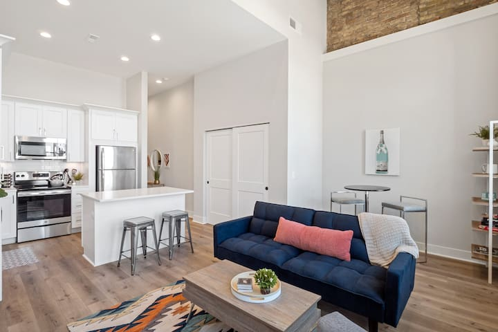 Luxury Downtown Apt Lake Views on Main St Suite A