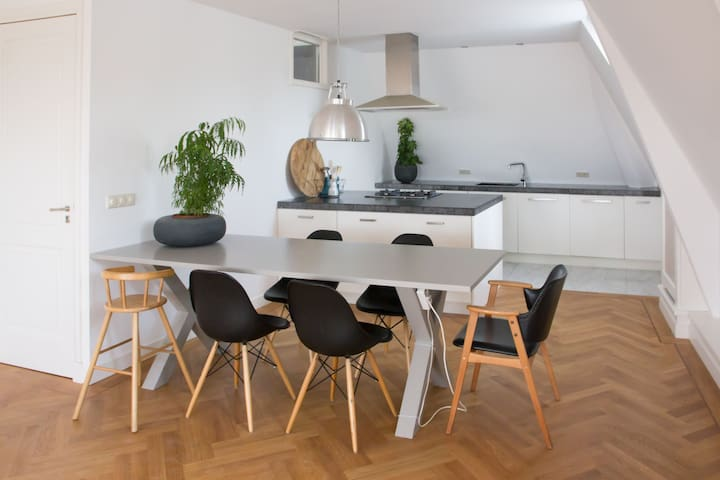 Top Floor canal house Gouda (7 guests)