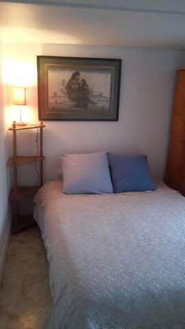 la Chambre à coucher avec un lit confortable en 140x190 est lumineuse et calme, elle est petite mais bien confortable, une armoire et un meuble à étagères sont bien pratiques pour le rangement des vêtements..