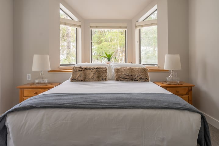 Bedroom#1 - Queen Bed with mountain views. Full renovation completed Jan 2019