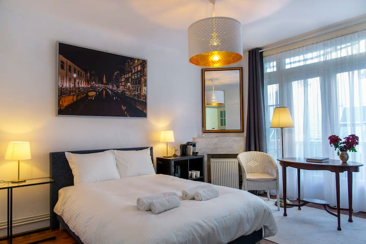 Luxurious rooms with a view in Museum Quarter