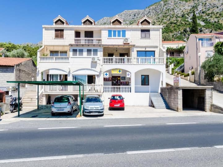 Apartment Sarita - Four Bedroom Apartment with Balcony and Street View