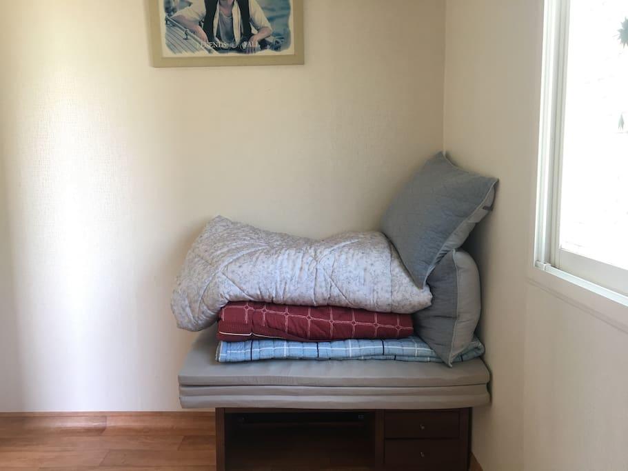작은 방에 놓인 침구