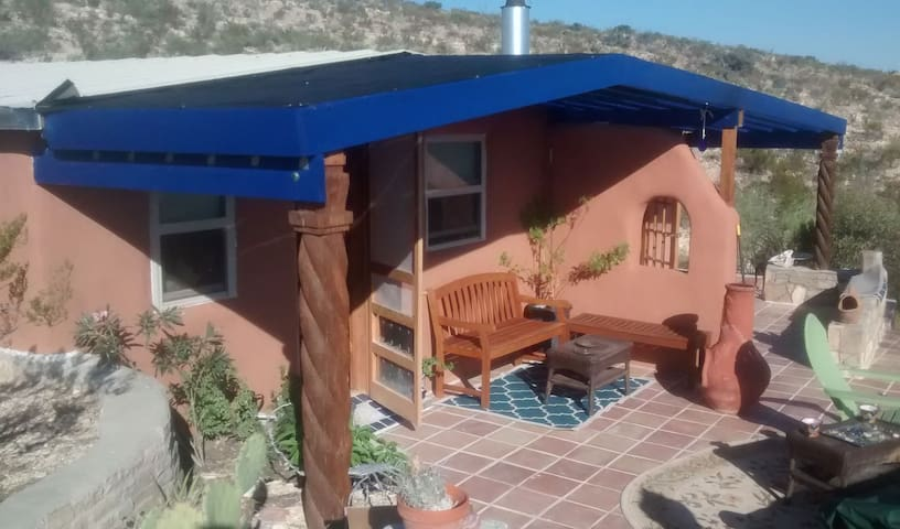 Blue House, an Off-Grid Sanctuary - Terlingua - Hus