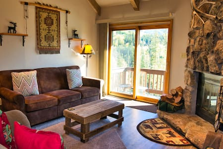 Beautiful Condo just 2 Miles to Ski Resort w/Fireplace, Pool, Hot Tub, Tennis Co