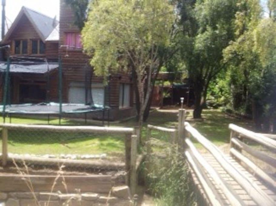 Vista del resto del jardín y la casa, salida al arroyo
