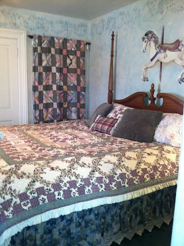 Pine Gables - Carousel Room Rental - Evanston - House
