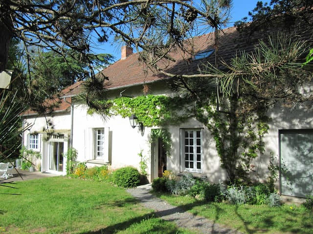 Charming house amidst lovely garden & nature - Vesdun - Hus