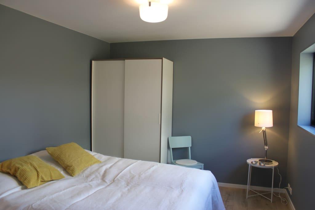 Soverom 1 med 180cm seng, nattbord, skapplass og plass til en evnt babyseng