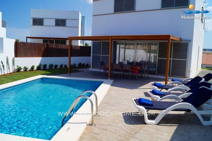 Detached villa with swimming pool and garden