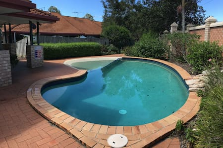 Home away from home - Apt with Pool & carpark - Carina Heights