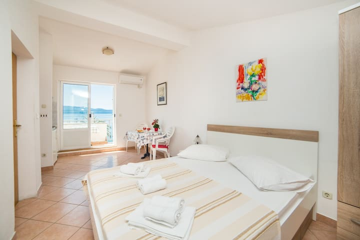 Mirna - Studio Apartment with Balcony and Sea View