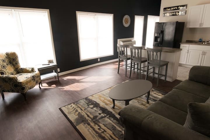 Apartment by Downtown Cleveland highway access 3