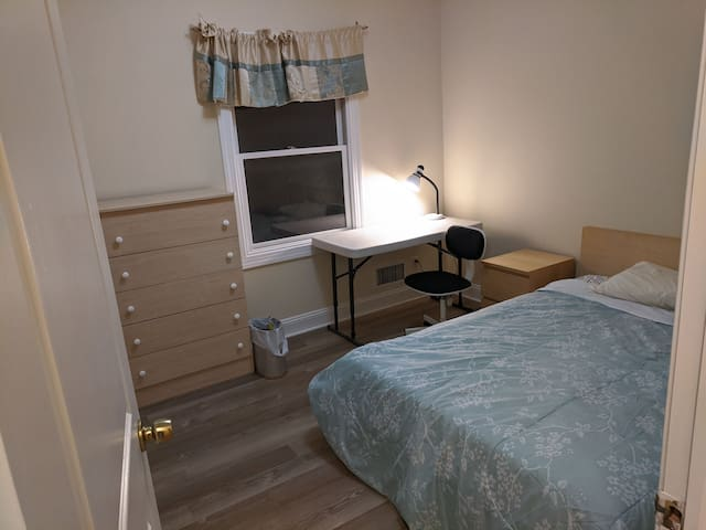 Comfortable quiet furnished room in JC w/parking