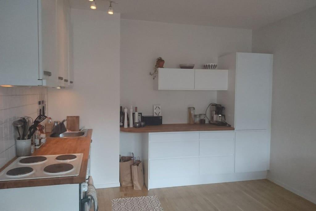 The kitchen har everything you need.  Coffee maker,  freezer, fridge,  dishwasher and oven.