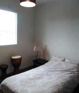 Chambre cosy dans maison moderne - Bouguenais