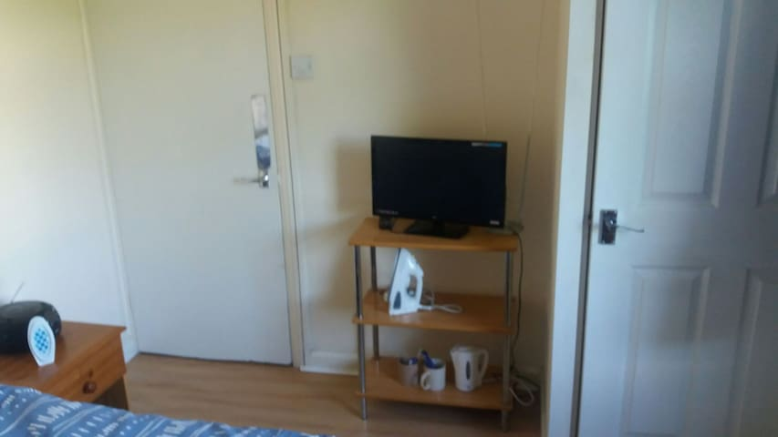 Double room in quiet house. 30 min walk to centre