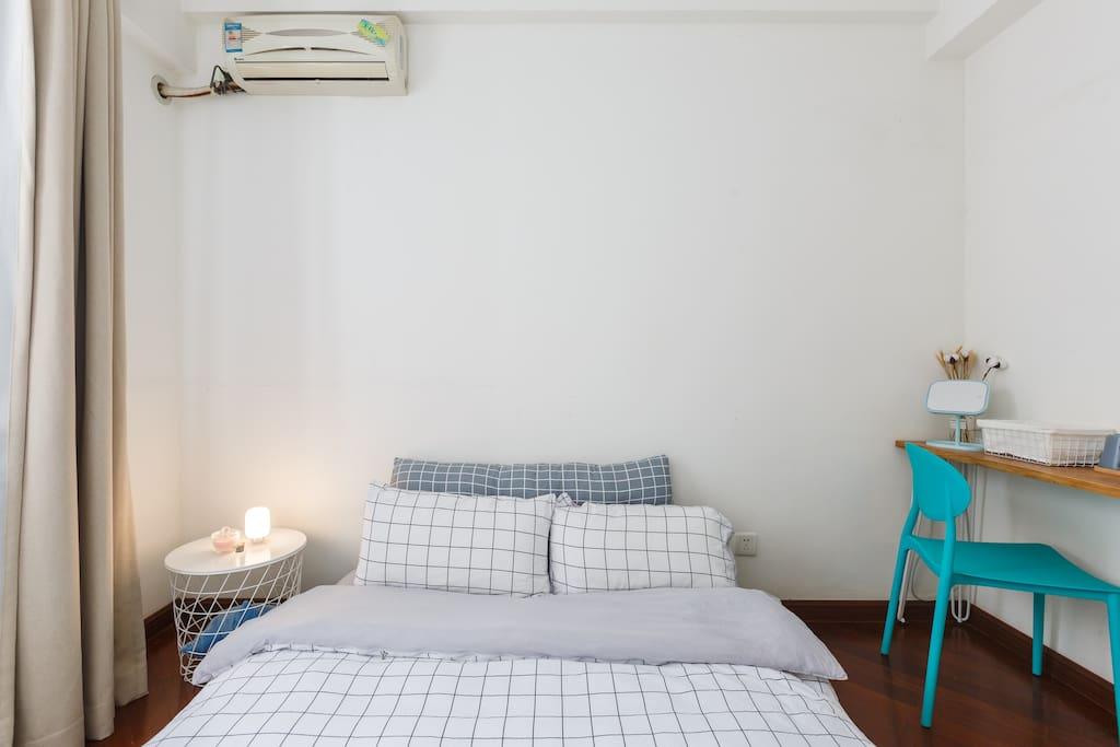房间小而温馨,我们欢迎你花更多的时间在客厅看看电影或者和我们聊天~