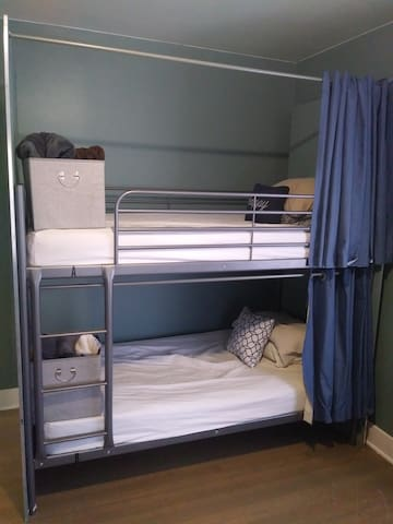Moxy Meadows Hostel - Safe Affordable Bed
